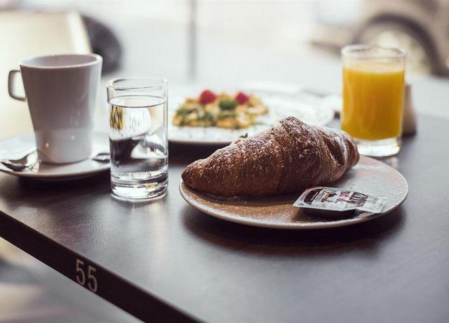 Crossiant-c-HAHN-coffee-breakfast.jpg