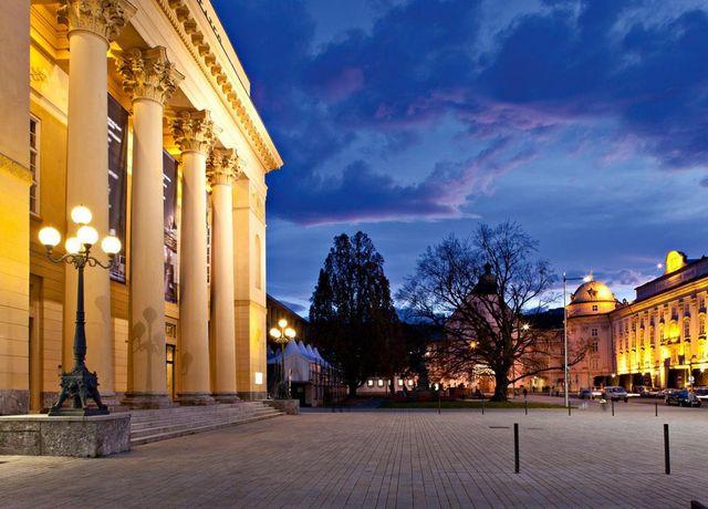 Tiroler-Landestheater-bei-Nacht.jpg