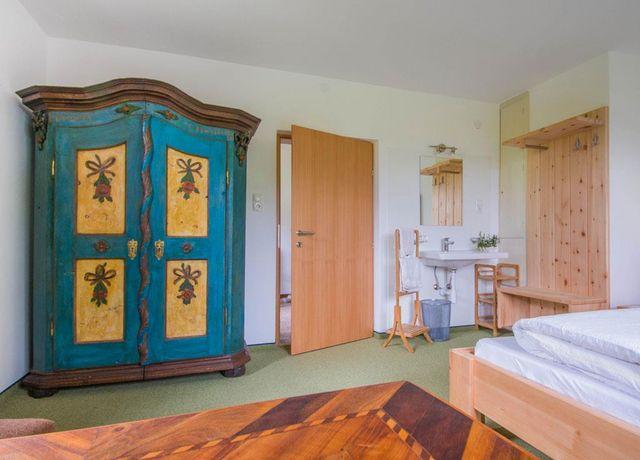 Doppelzimmer-mit-teilweise-Antikmoebel.jpg