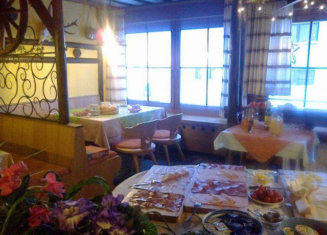 Pension-Enzian-Fruehstuecksbuffet.jpg