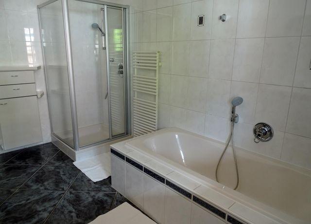 Badezimmer-mit-Dusche-und-Badewanne.jpg