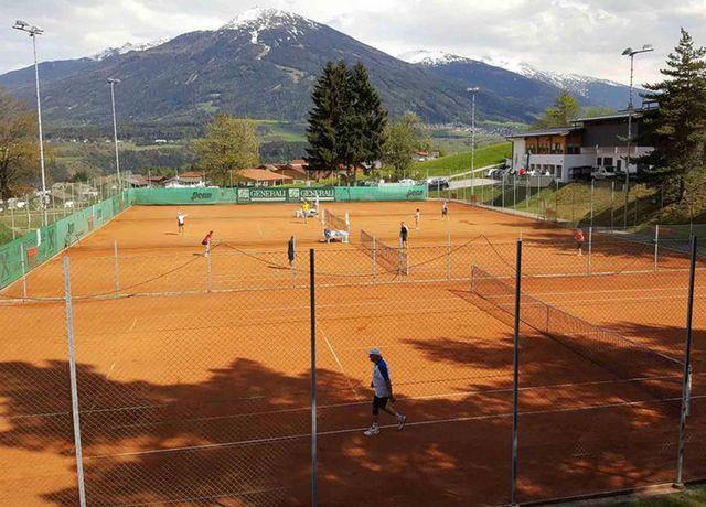 Tennisplatz-Freizeitzentrum-Mutters.jpg