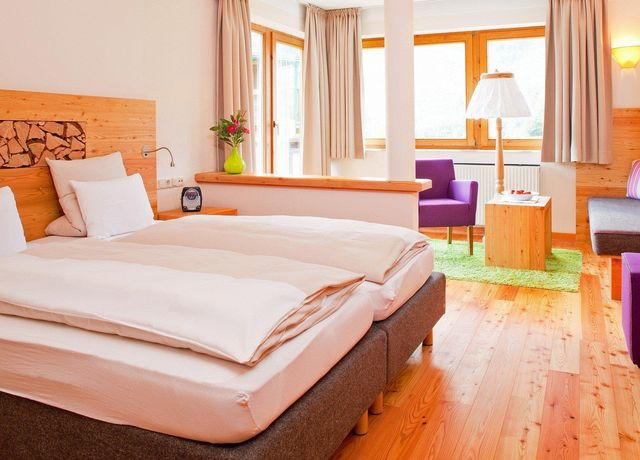 Hotel-Holzleiten-Zimmer-Wanneck.jpg