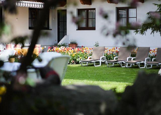 Schweitzer-Hotelansicht-Garten.jpg
