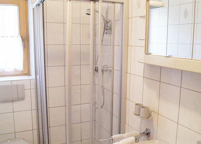 Badezimmer-mit-Dusche.jpg