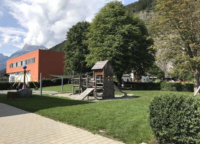 Kinderspielplatz-bei-der-Volksschule.jpg