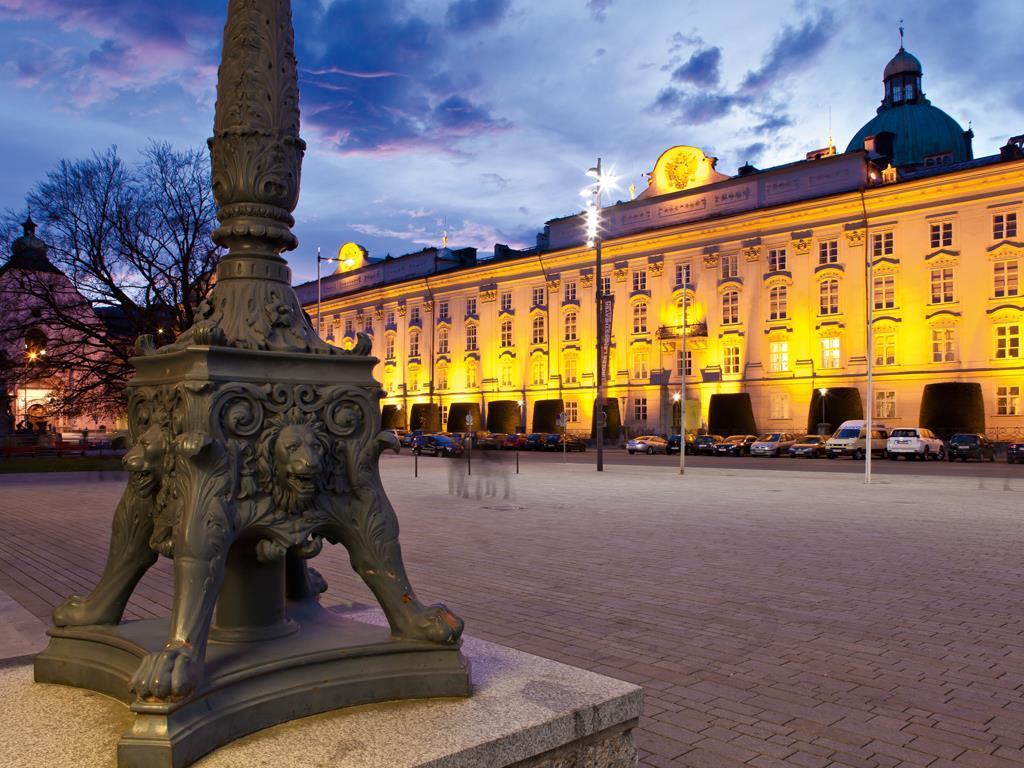 Blick auf die Hofburg vom Landestheater