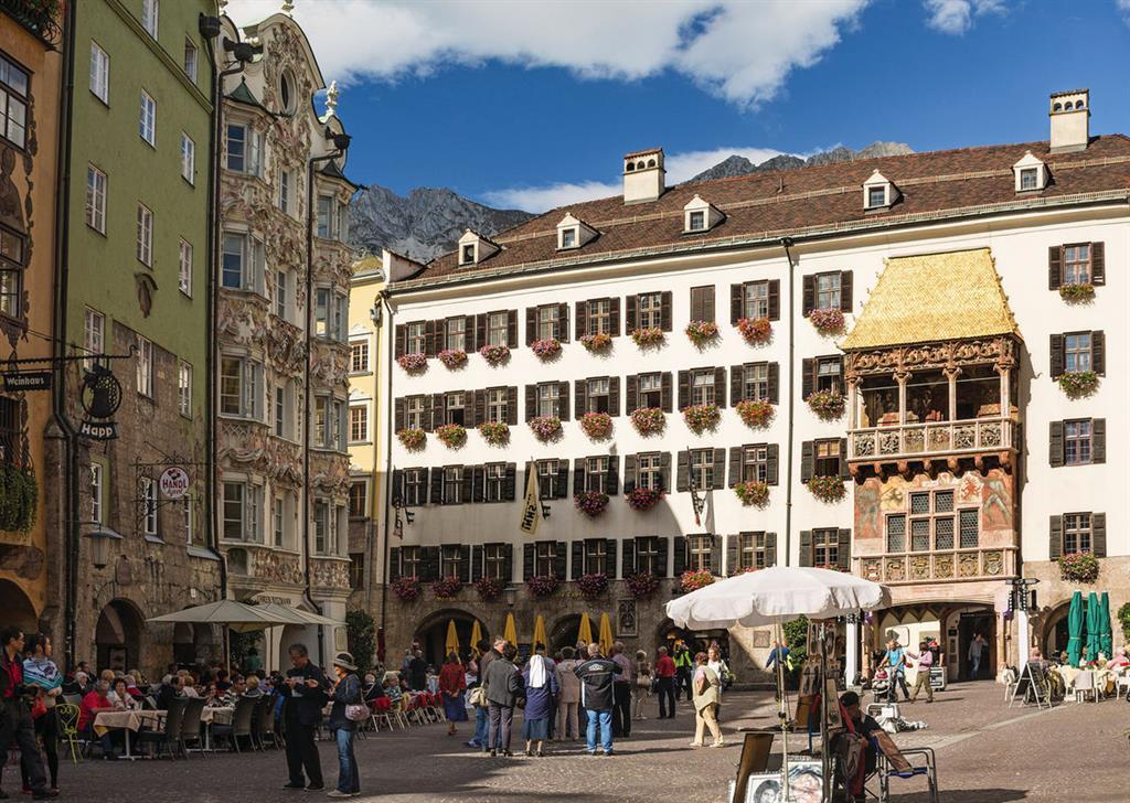 Bunte Vielfalt an den Häuserfassaden der Altstadt von Innsbruck